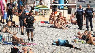 ตำรวจฝรั่งเศสปรับ-สั่งผู้หญิงมุสลิมถอดชุดว่ายน้ำบุรกินี่แบบอิสลามที่อยู่บนชายหาดเมืองคานส์